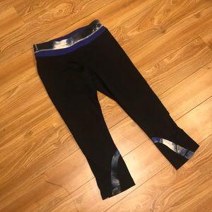 Lululemon sz 6 crop legging in black with blue